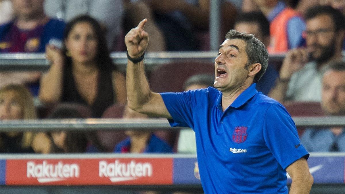 Ernesto Valverde ordena a sus jugadores desde la banda.