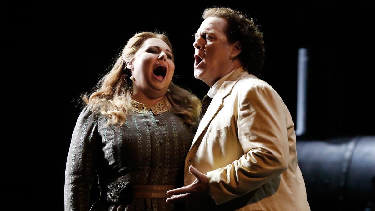 Liudmyla Monastyrska (Manon)yGregory Kunde (Des Grieux), en una escena de Manon Lescaut, de Puccini.