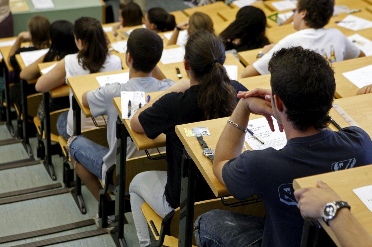 Estudiantes examinándose de la EvAU.