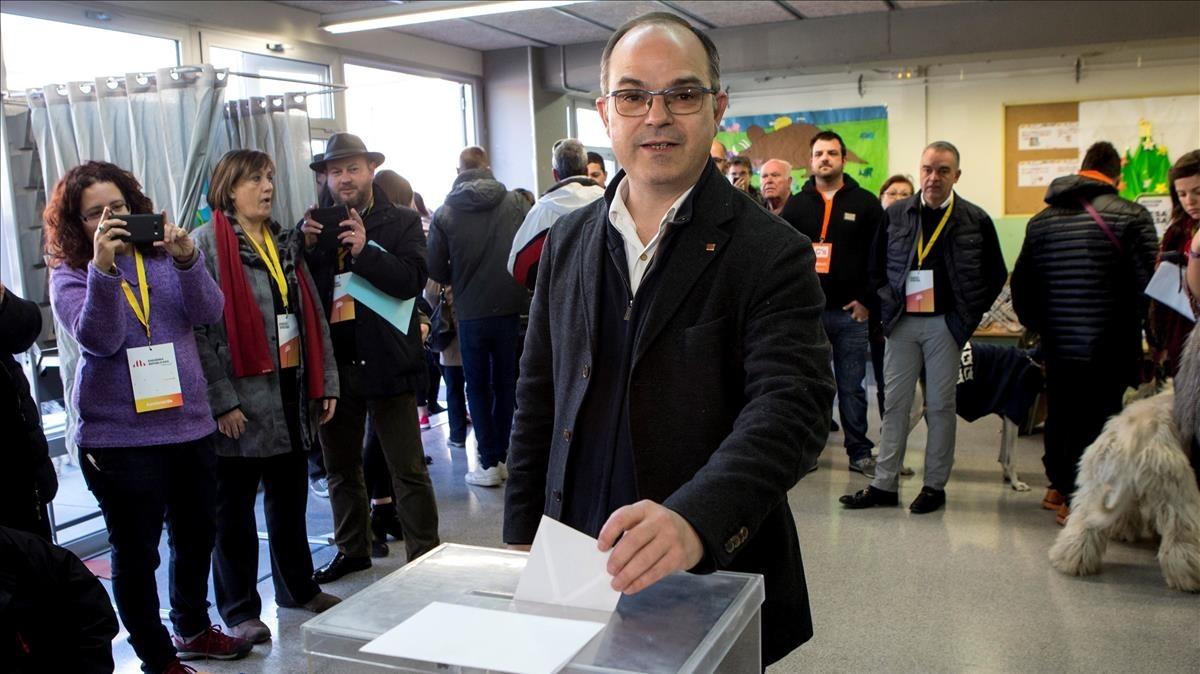 El exconseller Jordi Turull, número cuatro por la lista de JxCat, vota en el colegio Lluis Piquer de Parets del Vallès.