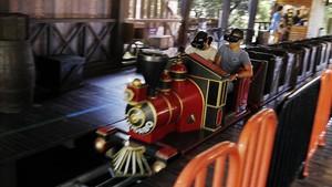 Dos pasajeros del Virtual Express, este sábado en el parque del Tibidabo.