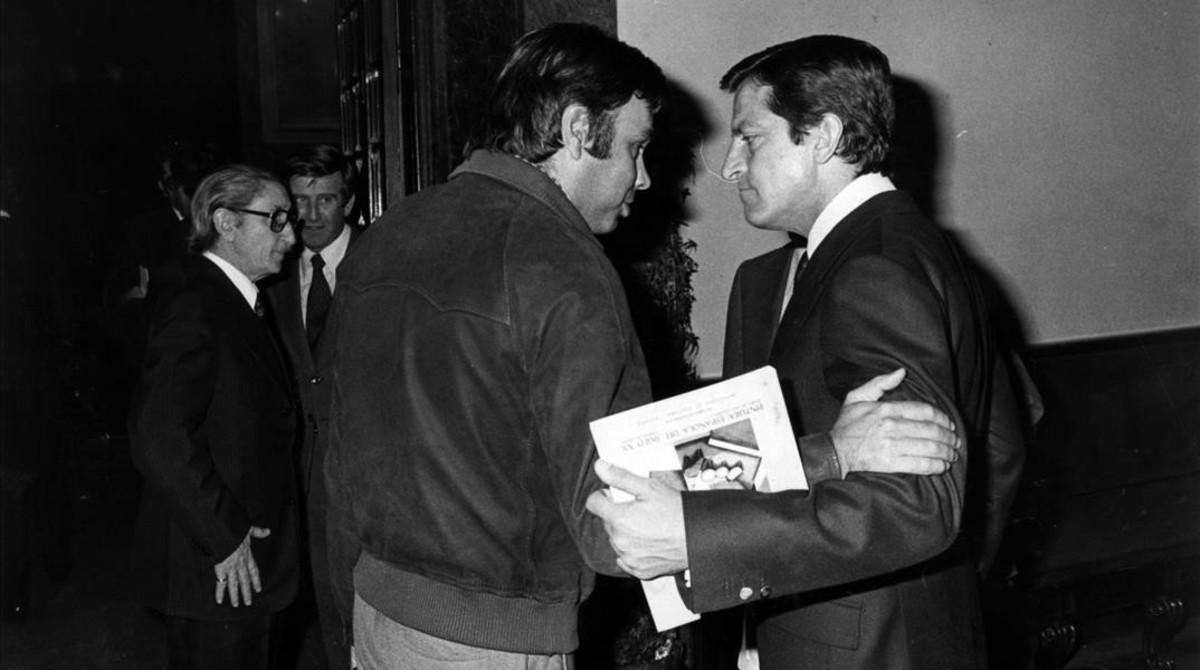 Felipe González y Adolfo Suárez conversan en los pasillos del Congreso de los Diputados, en una imagen de 1980.