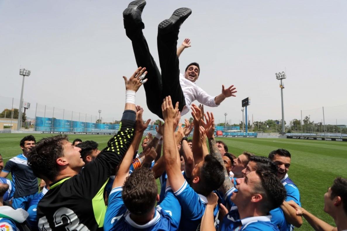 David Gallego, manteado por sus jugadores después de lograr el ascenso a Segunda Bcon el filial del Espanyol.
