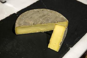 Un afectat per meningitis a Madrid per consumir formatge cru d'ovella