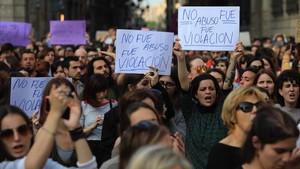 Concentración en la plaza de Sant Jaume, de Barcelona, contra la sentencia de La manada.