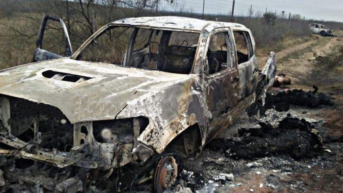 Fotografia cedida que muestra algunos cuerpos y vehiculos calcinados en el sitio donde las autoridades mexicanas localizaron hoy 20 cadaveres en el municipio de Miguel Aleman del nororiental estado de Tamaulipas.