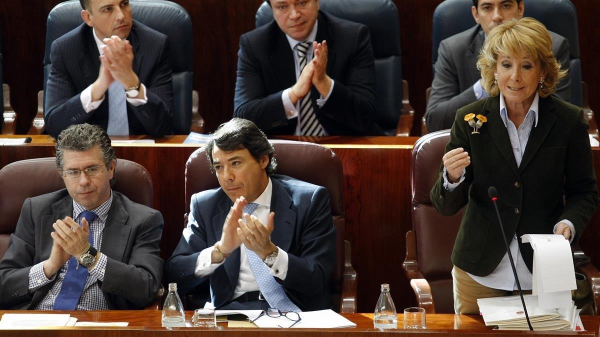 Francisco Granados e Ignacio González aplauden a Esperanza Aguirre en un pleno de la Asamblea de Madrid, en marzo del 2009.
