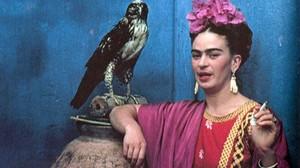 Frida Kahlo, con su águila mascota en 1939.
