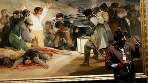 Un visitante, ante Los fusilamientos del 3 de mayo de Goya, en el Museo del Prado.