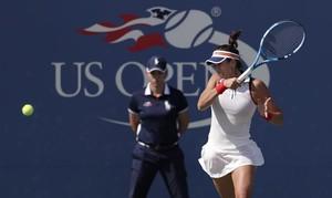 Garbiñe Muguruza devuelve un golpe a Magdalena Rybarikova en tercera ronda del Abierto de Estados Unidos.