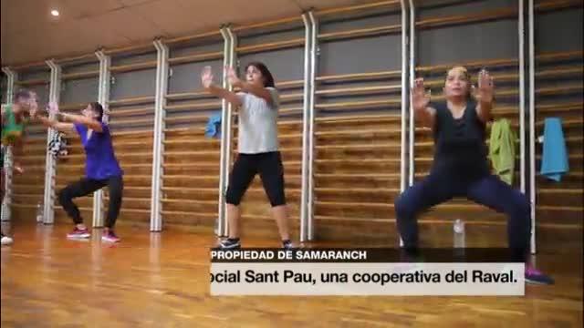 Tere besa a Laura en una de las salas del gimnasio cooperativo Sant Pau, en el Raval,este miércoles.
