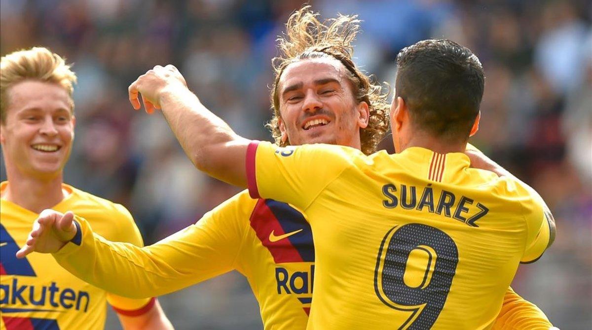 Griezmann celebra un gol con Luis Suárez y De Jong en Ipurua.