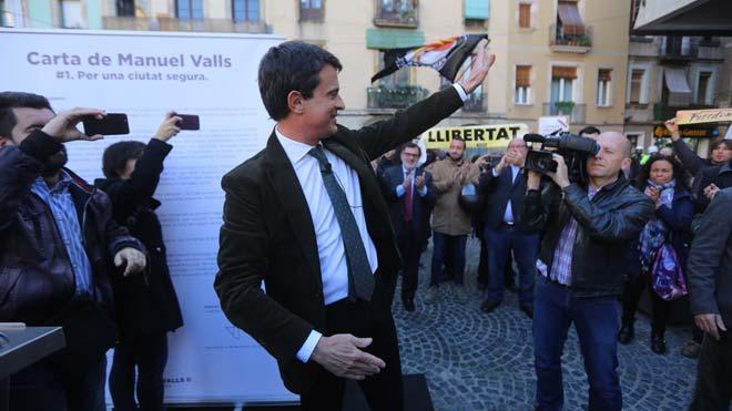 Un grupo de manifestantes boicotean un acto de Manuel Valls en el Raval.