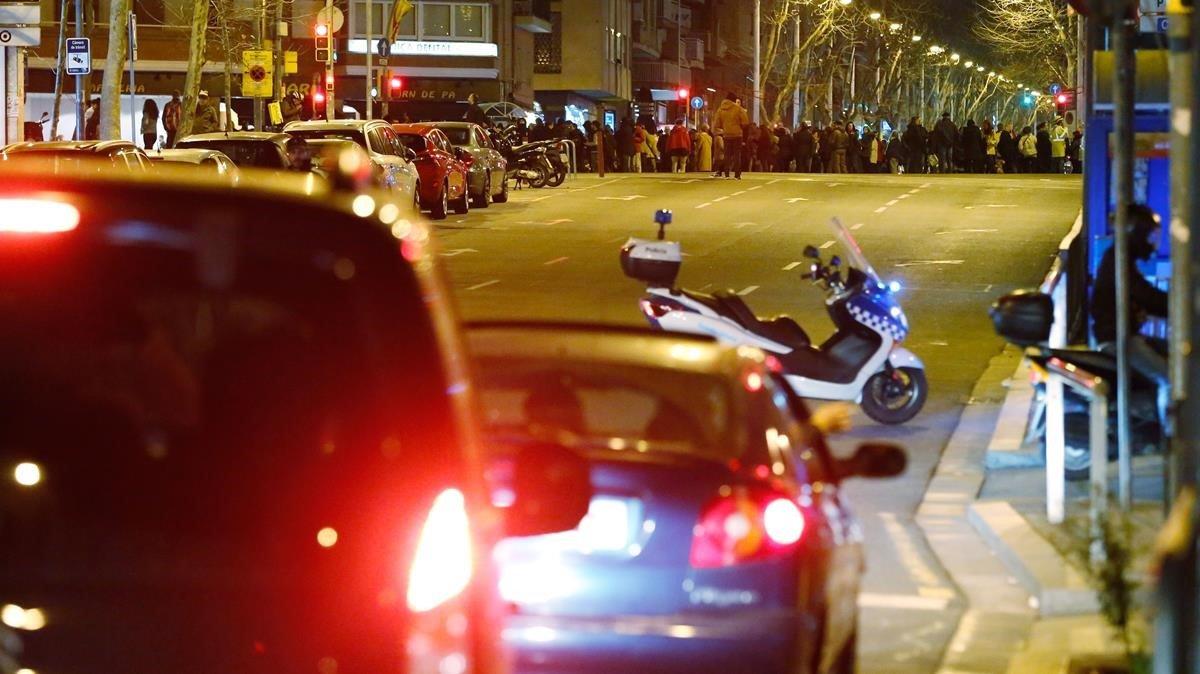 Guardia Urbana redirige losvehículos que circulan por Fabra i Puig a la altura de Concepció Arenal