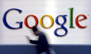 Un hombre pasa delante del logotivo de Google.