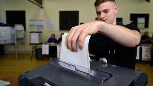 Un hombre vota en las elecciones irlandesas.