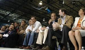 Álvaro Pérez, 'el Bigotes' (izquierda), en un mitin del PP en València con Camps, Costa, Rajoy y Rita Barberá