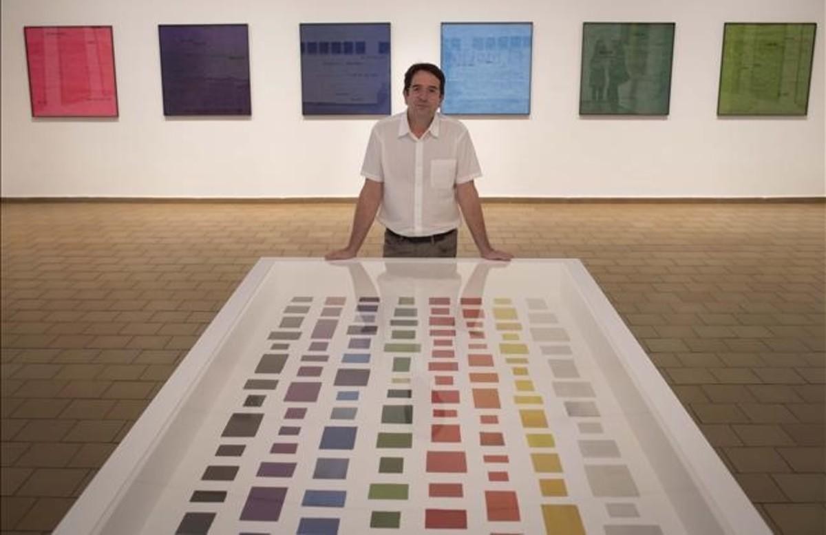 Ignasi Aballí, junto a la obra 'El color en el diario', en la Fundació Miró.