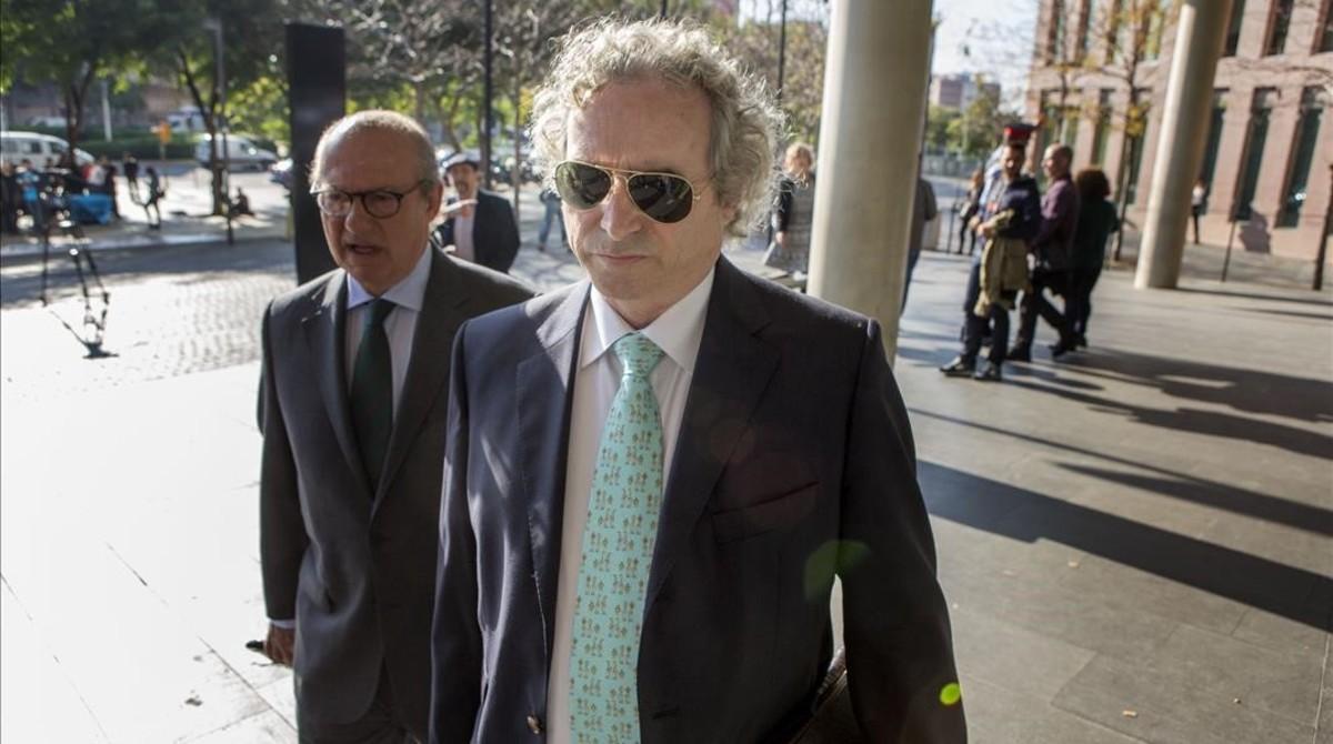 Ildelfonso Falcones, en noviembre del 2015, llegando a los juzgados de Barcelona.