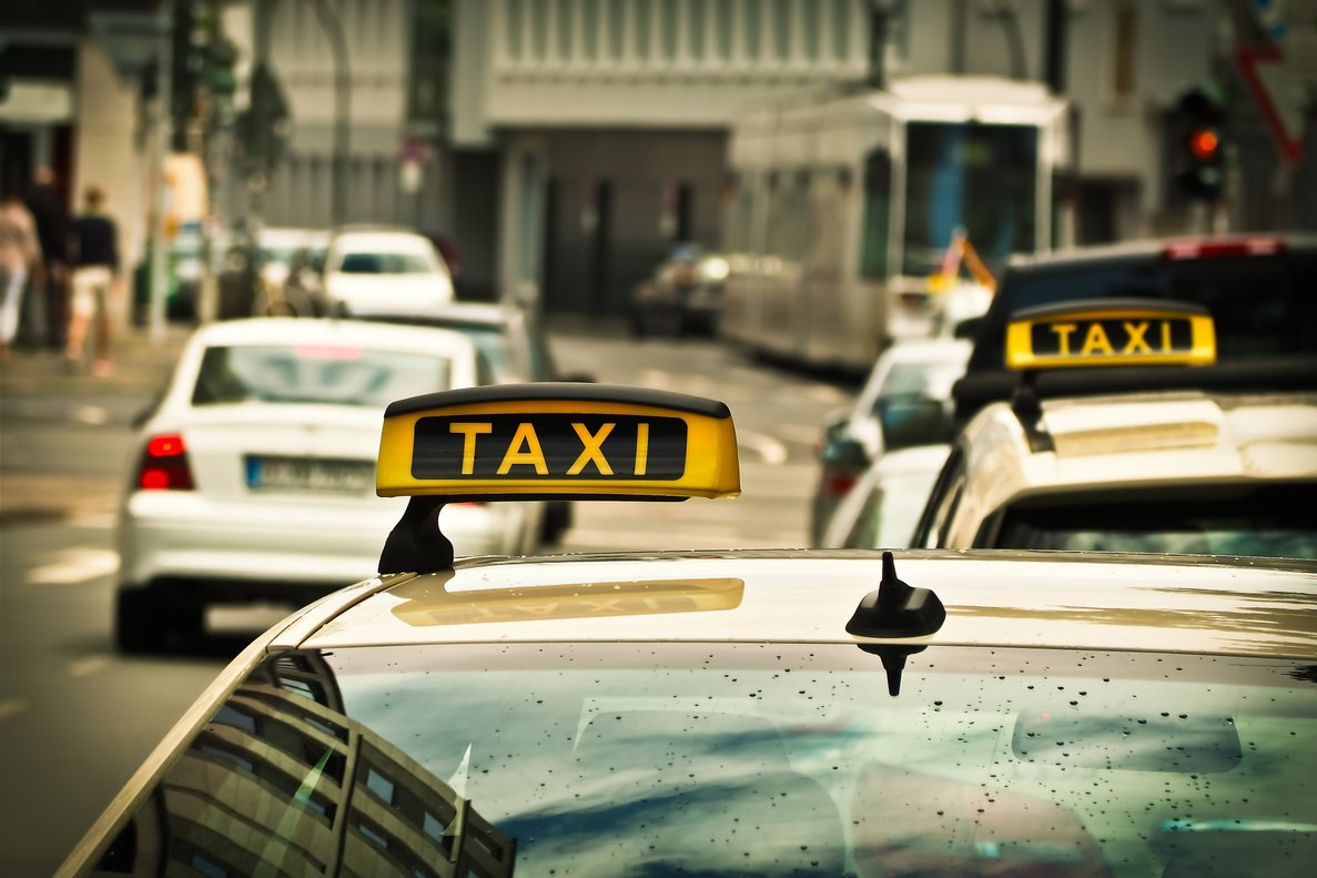 Denuncian a un taxista por llevar falda y las redes se vuelcan en su defensa