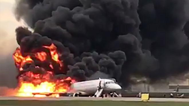 Imágenes del aterrizaje del avión incendiado en un aeropuerto de Moscú.