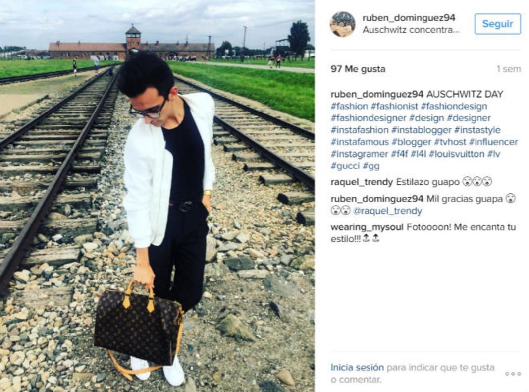 La foto de Rubén Domínguez, posando en Auschwitz, que publicó en Instagram.