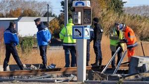 Investigadores en el lugar del accidente de Millas.