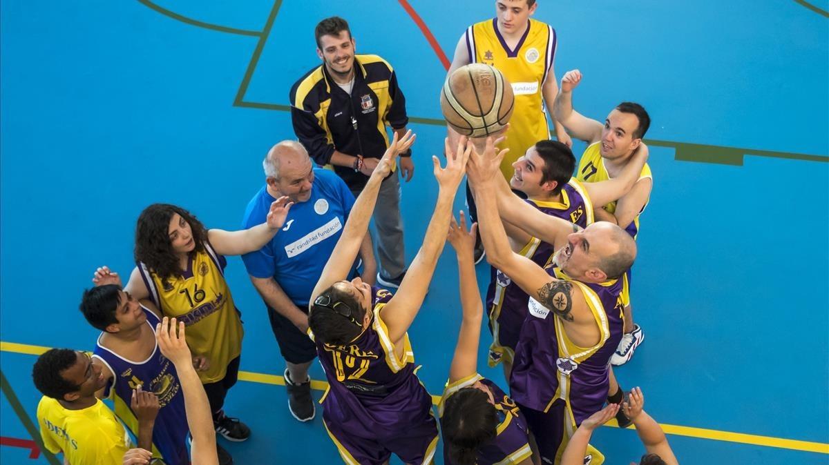 Jugadores del equipo de baloncesto Aderes, en el pabellón de Burjassot, esta semana.