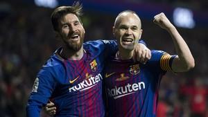 Iniesta celebra con Messi el cuarto gol.