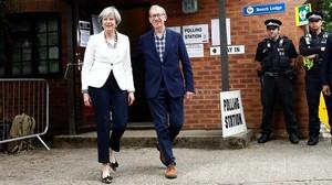 Theresa May y su marido, el jueves a la salida de su colegio electoral.