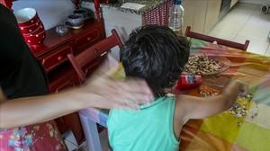 Un adulto propina un cachete a un menor en su domicilio.