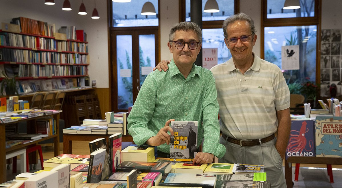 Joan Manuel Soldevilla (izquierda) y Andreu Claret, en la presentación de 'El amigo de Praga', en la librería Documenta, el viernes.