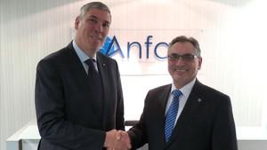El nuevo presidente de Anfac, José Vicente de los Mozos (izquierda), y Antonio Cobo, el anterior presidente.