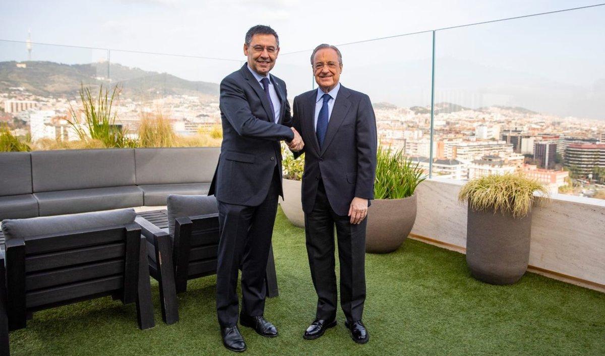 Josep Maria Bartomeu y Florentino Pérez se saludan en la terraza del hotel Sofía.