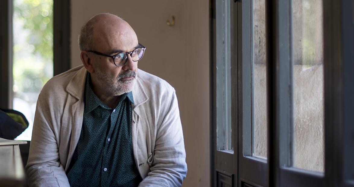 El escritor y articulista de EL PERIÓDICO, Josep María Fonalleras, publicaL'estiuejant', su primer libro de poemas.