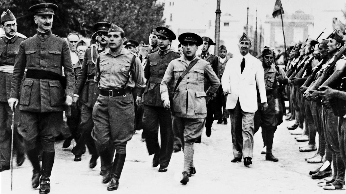Queipo de Llano, pasarevista a las tropas franquistasen julio de 1936, en Sevilla.