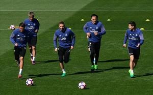 Keylor Navas, entre James y Benzema, en un entrenamiento del Madrid.