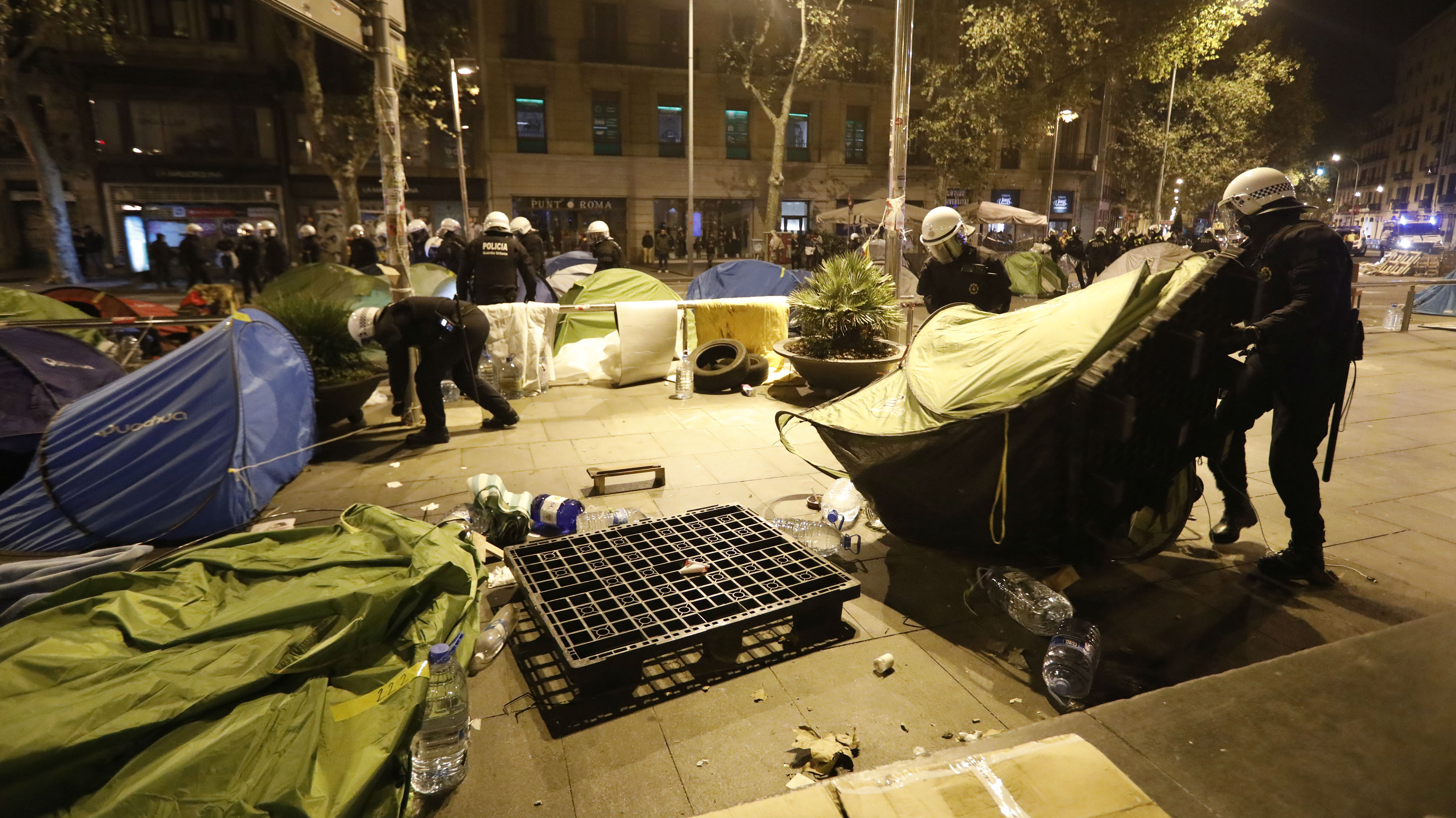 la-barcelona gub-comena-el-desallotjament-de-acampada-plaa-universitat-de-barcelona-via-elperiodico