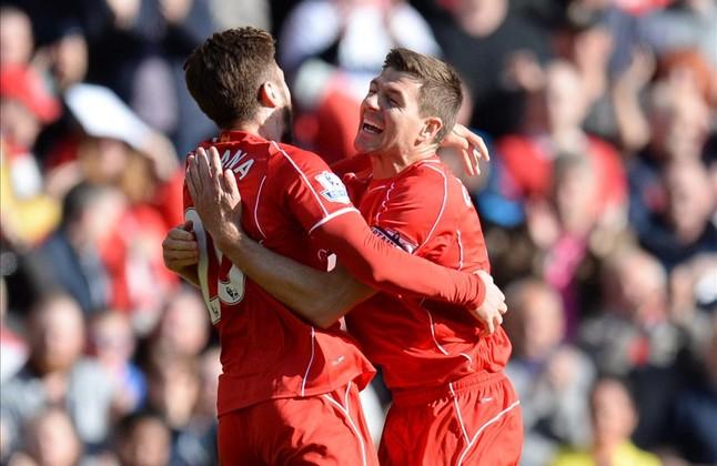Lallana corre a abrazarse con Gerrard tras marcar el 1-0.