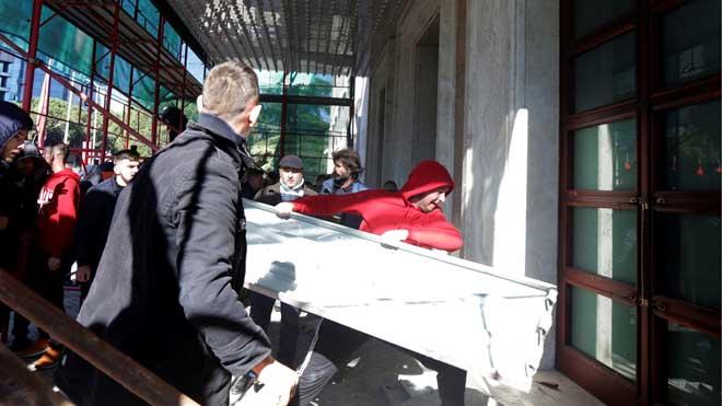 Las protestas para pedir la dimisión del primer ministro de Albania acaban con violencia.