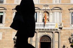 La fachada del Palau de la Generalitat con el lazo amarillo poco después de las 9 de la mañana de este jueves.