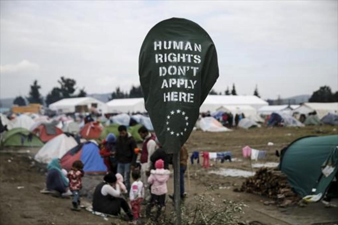 Leyenda reivindicativa en el campo de refugiados de Idomeni, junto a la frontera entre Grecia y Macedonia.