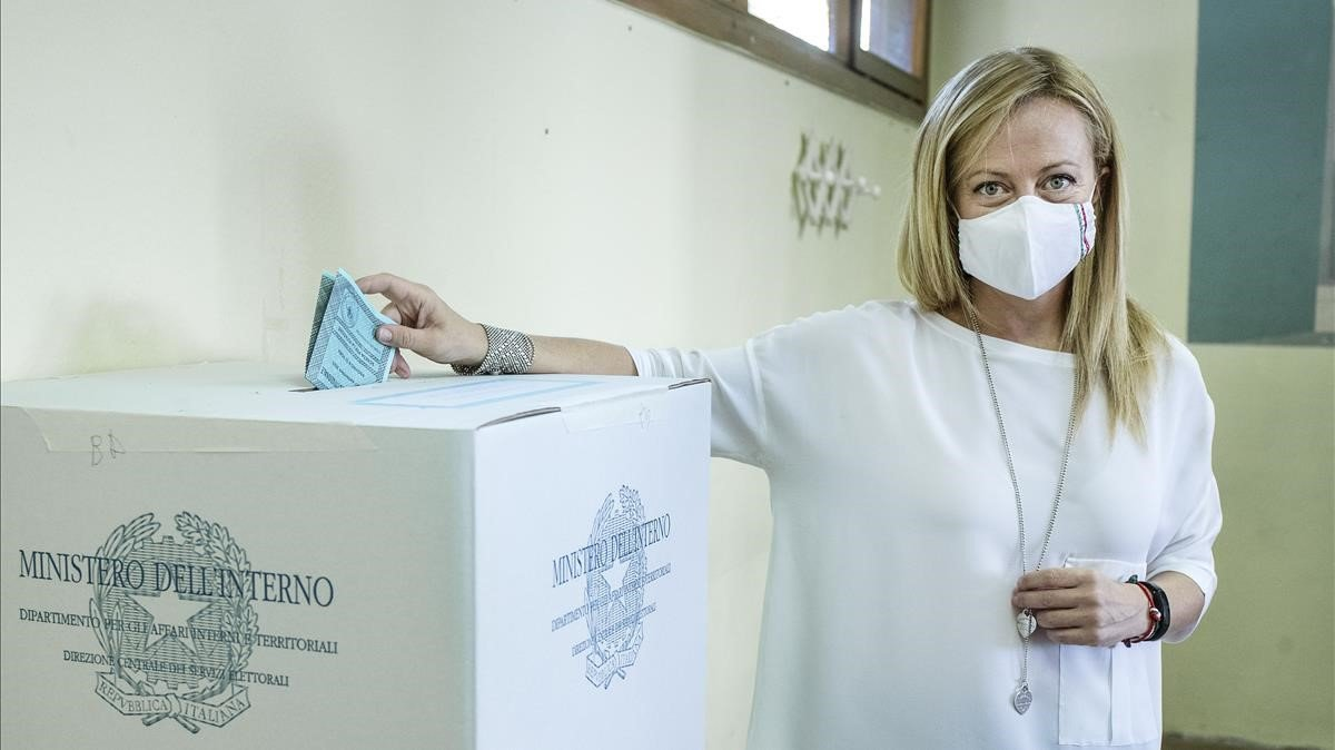 La líder de los Hermanos de Italia, Giorgia Meloni, vota este lunes en Roma.