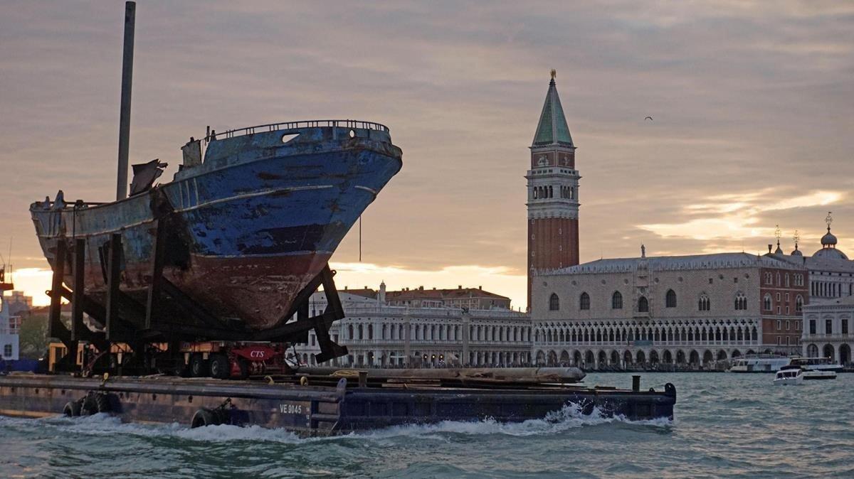 Barca nostra, de Christoph Büchel, a su llegada aVenecia.