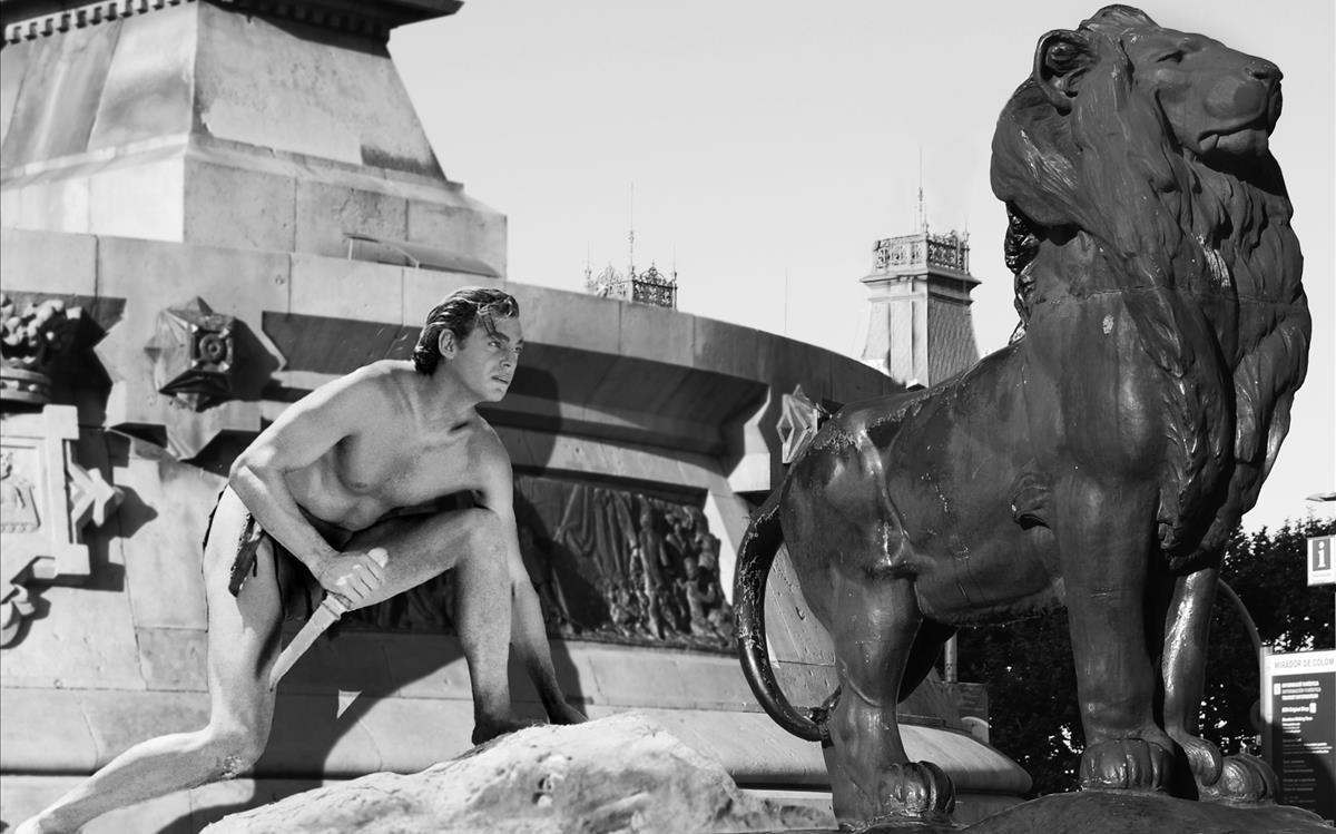 Tarzán, junto a uno de los leones de la estatua de Colón.