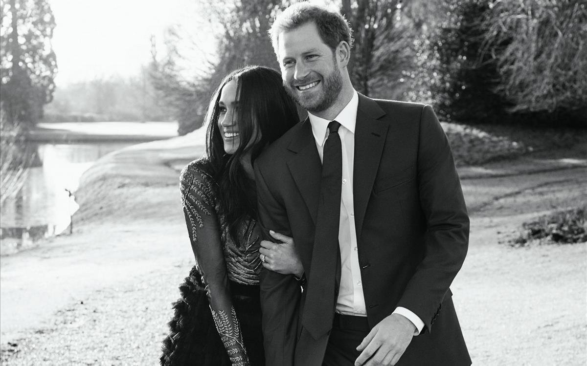 Meghan Markle y el príncipe Enrique, en la foto oficial de su compromiso.