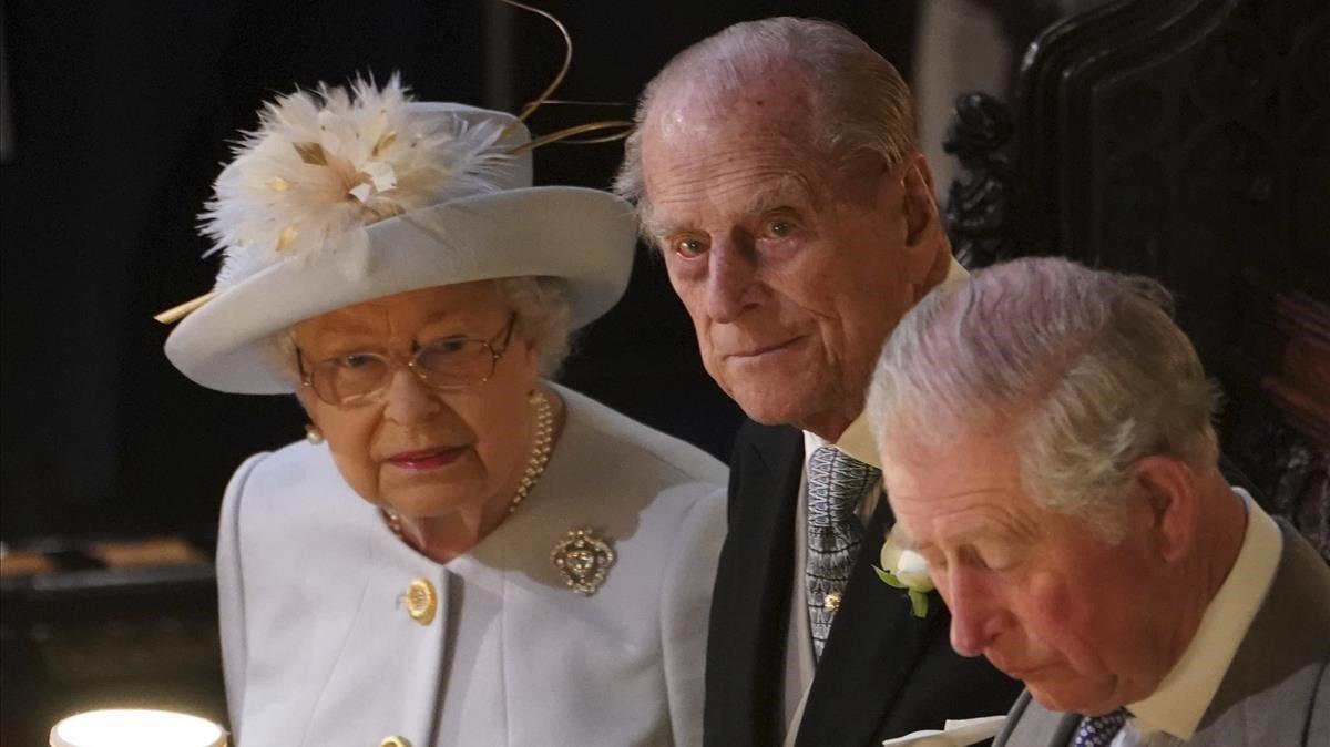 La reina Isabel II, su marido el duque de Edimburgo y el príncipe Carlos, en el interior del templo.