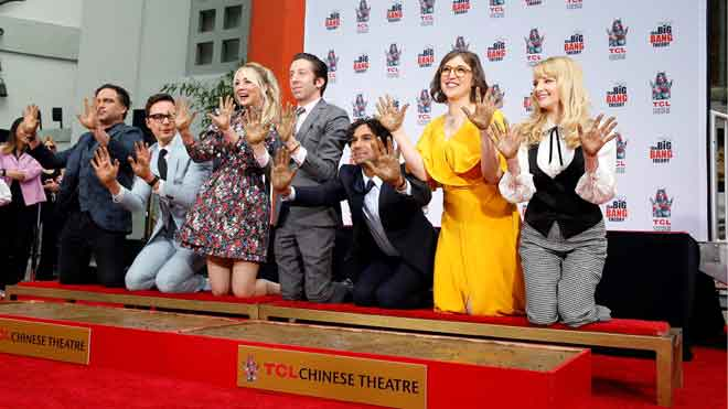 Los actores de 'The Big Bang Theory' inmortalizan sus huellas en Hollywood.