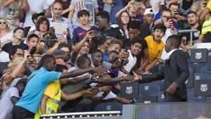 Los aficionados saludan a Dembélé en el palco del Camp Nou.