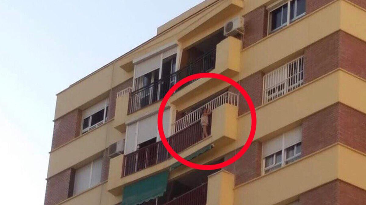 Los bomberos de Málaga rescatan a una niña de cinco años colgada del balcón en un octavo piso.